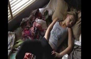 Mädchen sitzt auf dem Boden vor frauen über 50 pornos dem Bett ihrer Schwester