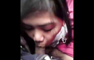 Ein junges Mädchen seine reife frauen kostenlose pornos Schwester mit einem Spielzeug auf dem Stuhl